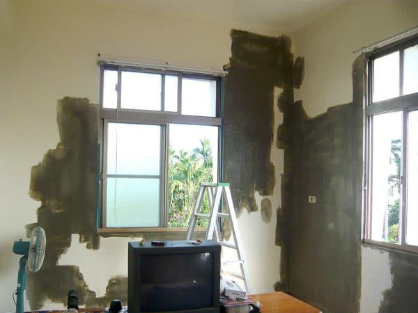 房間牆面-壁癌施工中