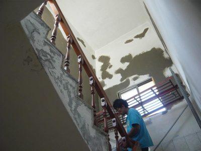 梯間牆面-壁癌施工中.